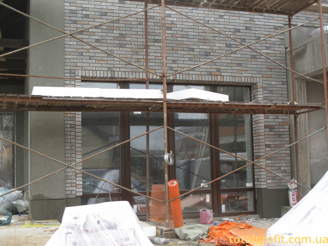 Частный дом с фасадной плиткой под кирпич