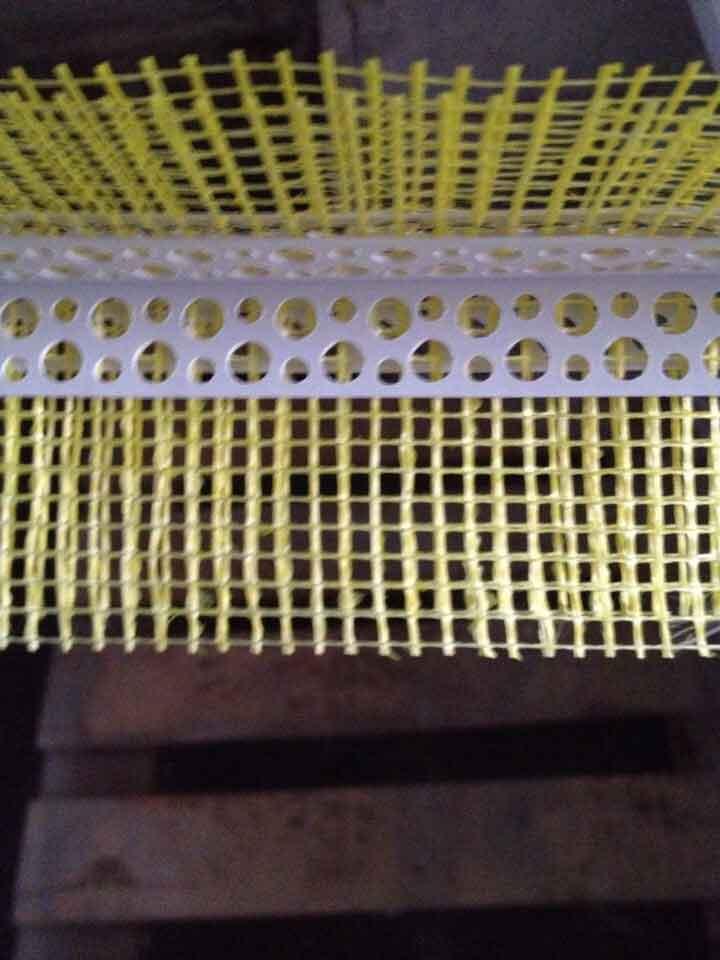 Перфо-угол ПВХ 3 м с сеткой